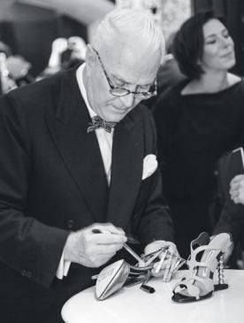 Маноло Бланик подписывает туфли в Москве
