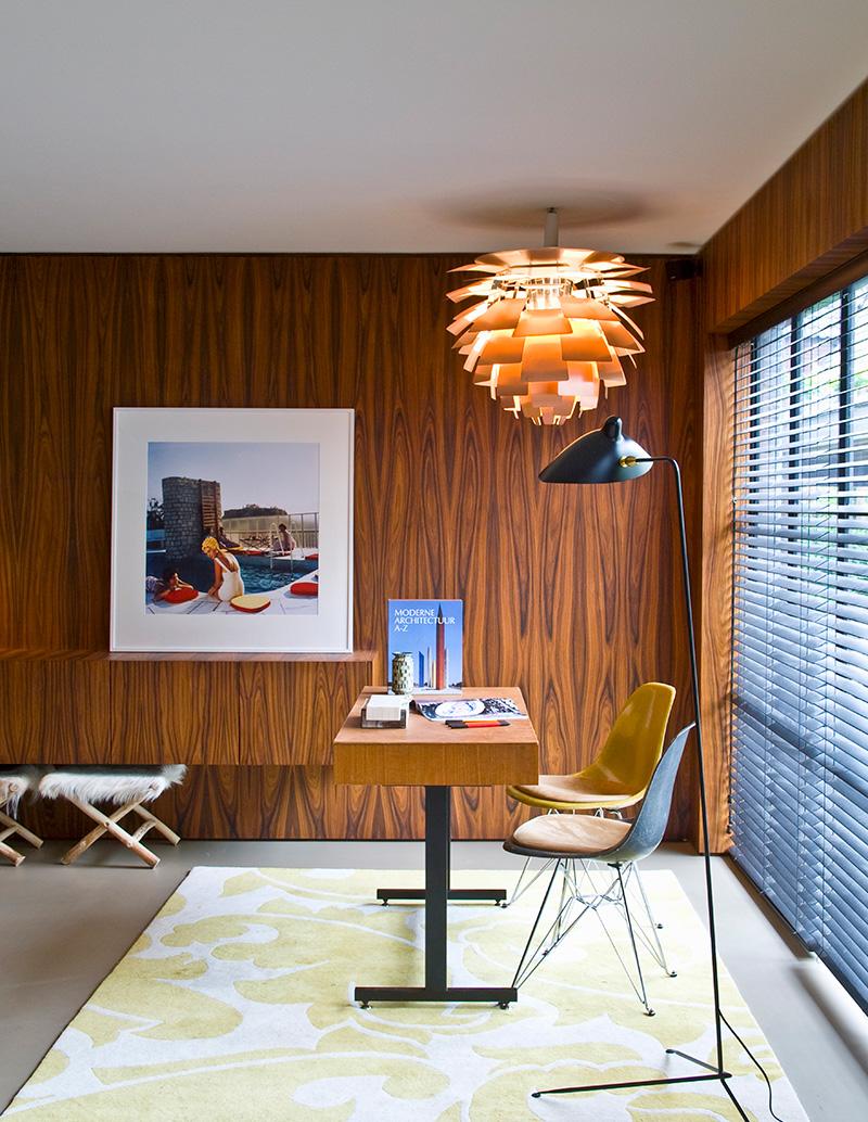 В офисе, оформленном бельгийским архитектором Винсентом ван Дуйсеном, стены, оконные откосы и полки обшиты деревянными панелями.