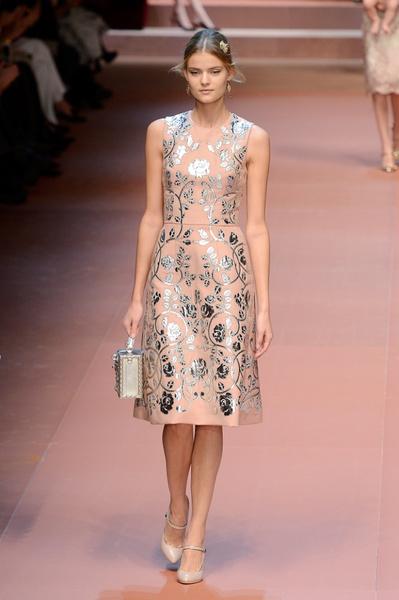 Дочки-матери: Dolce & Gabbana представили семейную коллекцию на Неделе моды в Милане | галерея [2] фото [1]