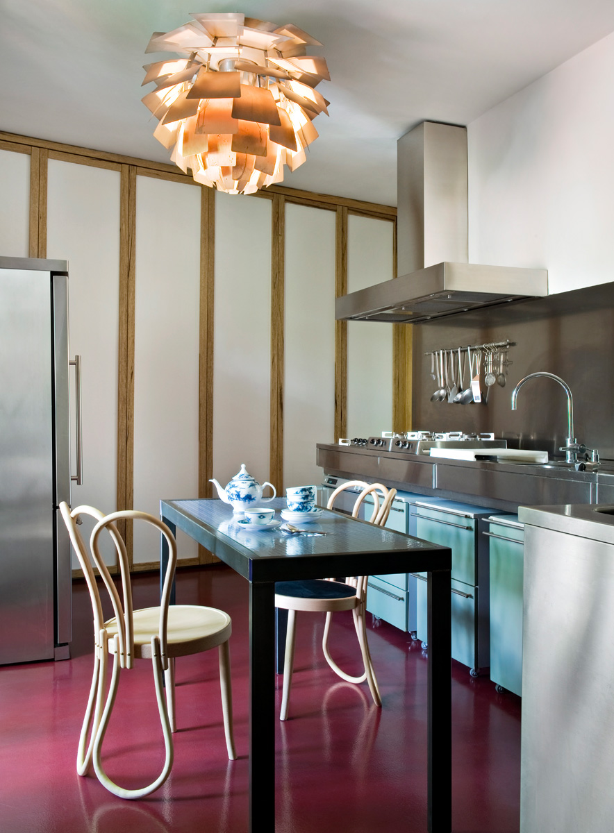 Кухня. Стол и встроенные шкафы изготовлены по эскизам Джанкарло Монтебелло, над столом — винтажный светильник PH Artichoke, дизайн Поуля Хеннингсена для Louis Poulsen. Стулья Postmundus, дизайн Мартино Гампера для Nilufar Unlimited.