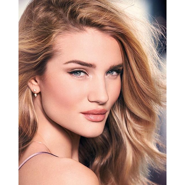 Рози Хантингтон-Уайтли представила дебютную коллекцию макияжа