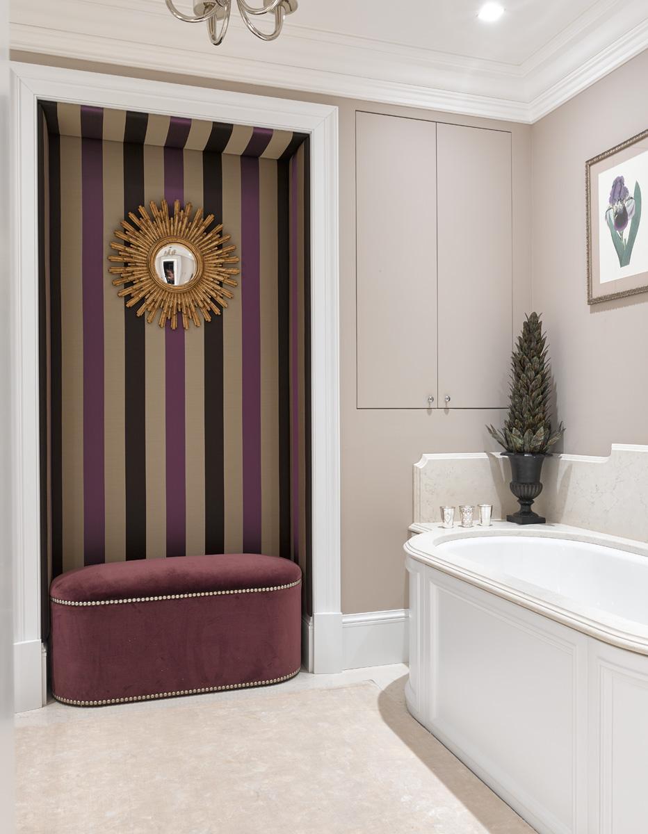 Ванная комната. Пуф, George Smith, в обивке от Dedar. Стена над ним декорирована текстильной панелью, Osborne & Little. Антикварное зеркало куплено в Париже.