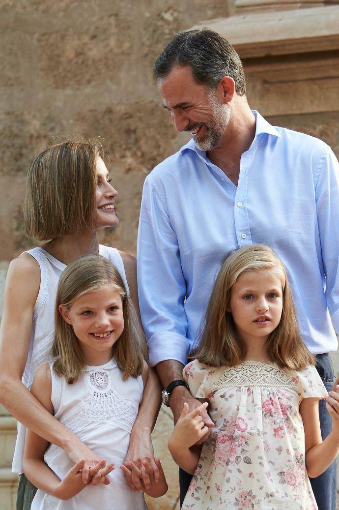 Фото дня: Король Фелипе и королева Летиция с дочерьми на отдыхе