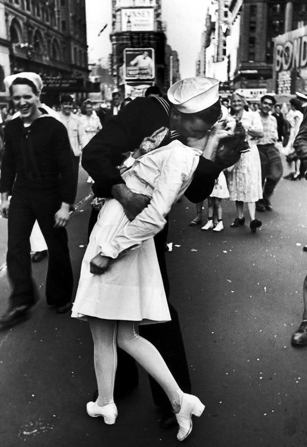 Моряк, целующий девушку на Тайм-Сквер в Нью-Йорке, 1945 год