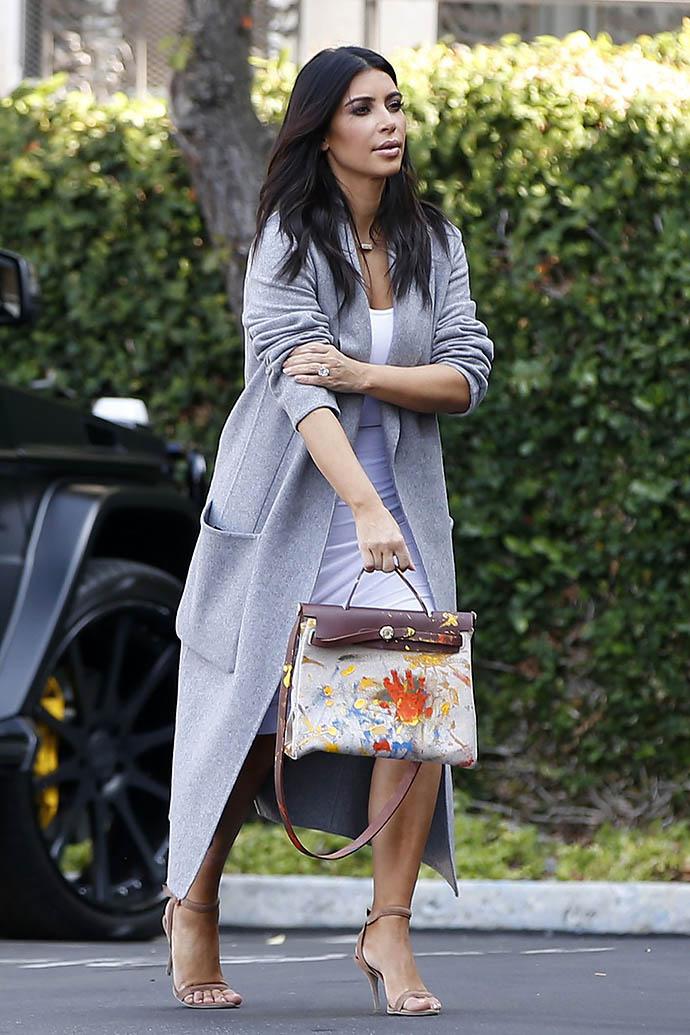 Ким Кардашьян с сумкой Hermes, которую разукрасила ее дочь Норт отпечатками своих ладоней