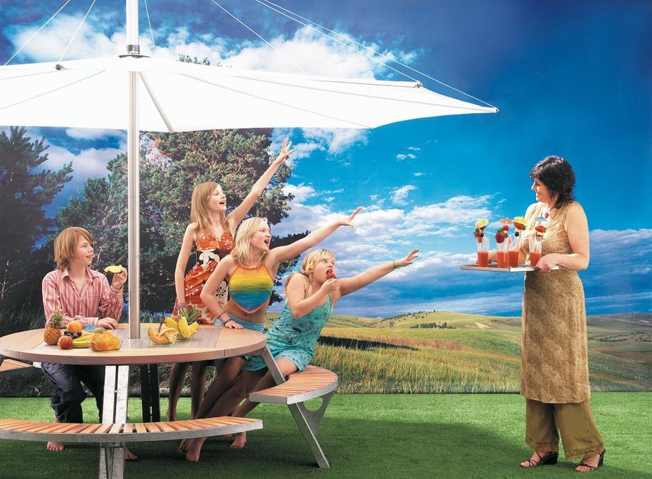 Садовый стол Gargantua, по центру столешницы установлен зонт от солнца, который можно убрать при необходимости. Сталь, дерево ироко, дизайн Дирка Винантса для Extremis, www.extremis.be