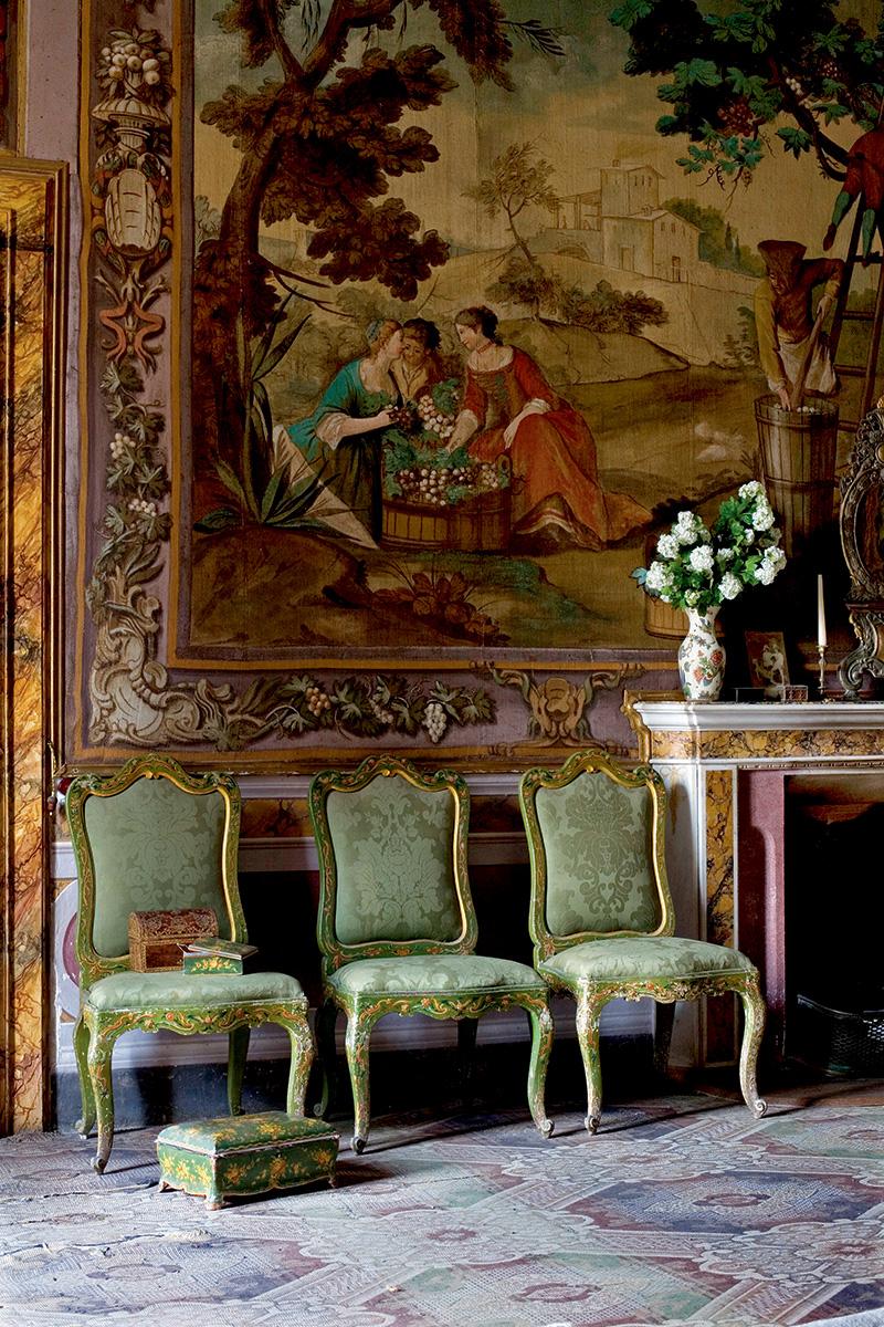 Зеленая комната на втором этаже. Стены украшают «поддельные гобелены» работы Игнатиуса Модера. Рисунок на них не выткан, а написан маслом по холсту. Стулья и деревянные подставки для ног сделаны сиенскими мастерами в XVIII веке.