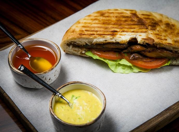 Сэндвич с куриным филе-терияки, овощами и пряным соусом в пите
