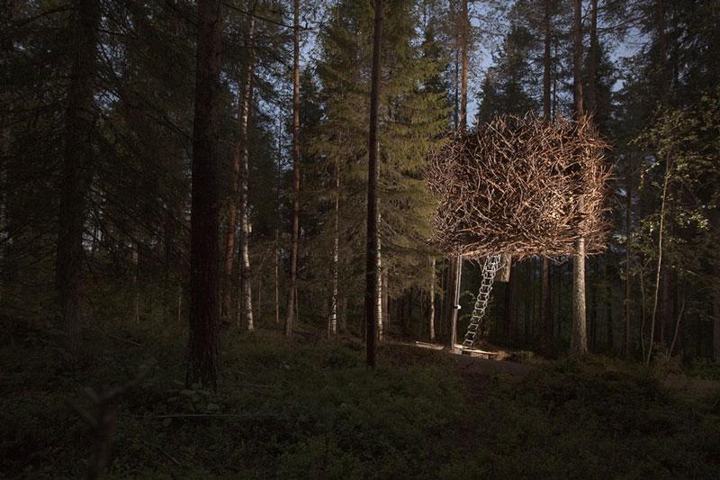 Футуристический отель на деревьях Treehotel в Швеции фото 3