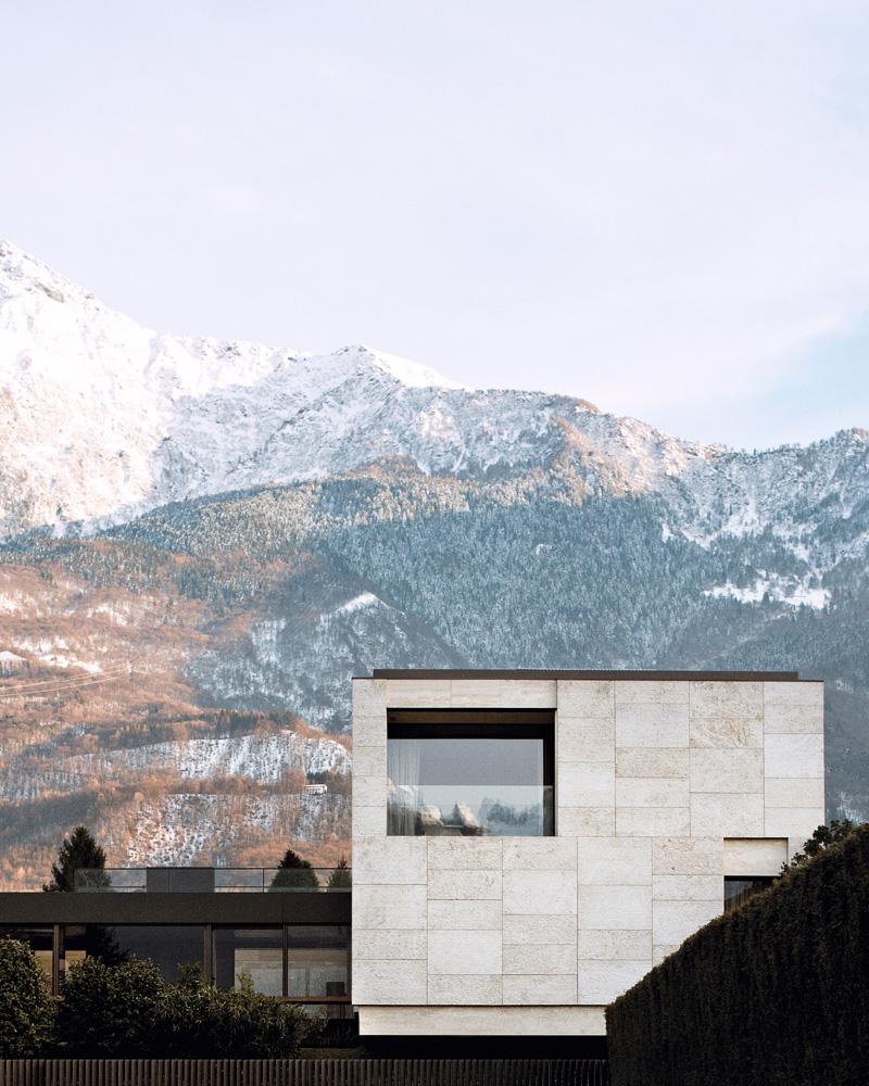 Фасад здания, обращенный к озеру Комо. В «башне», облицованной травертином, расположена спальня. Лоджия со стеклянным ограждением позволяет без помех любоваться видом на озеро.
