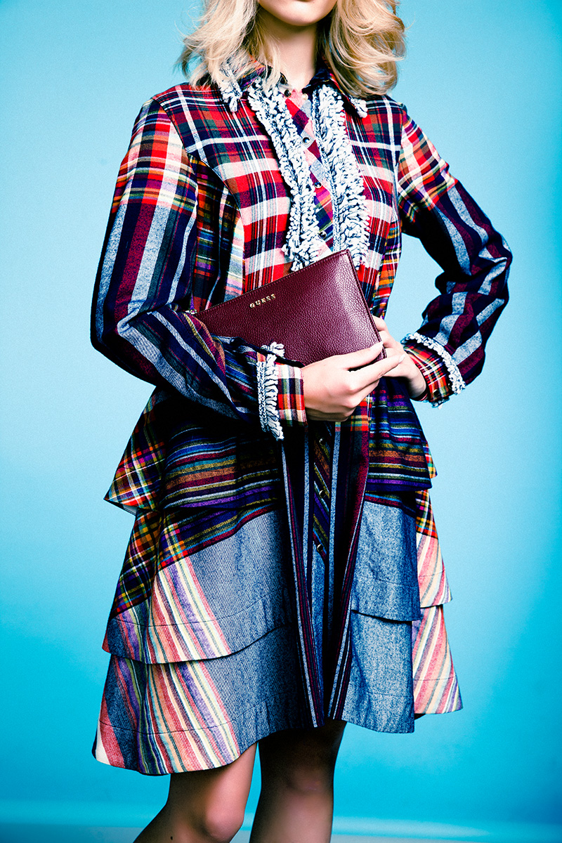 Платье, Tommy Hilfiger, 36 000 руб.; клатч, Guess, 5 114 руб.