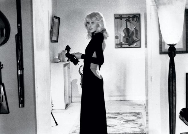 На фото: Мирей Дарк в платье с голой спиной Guy Laroche