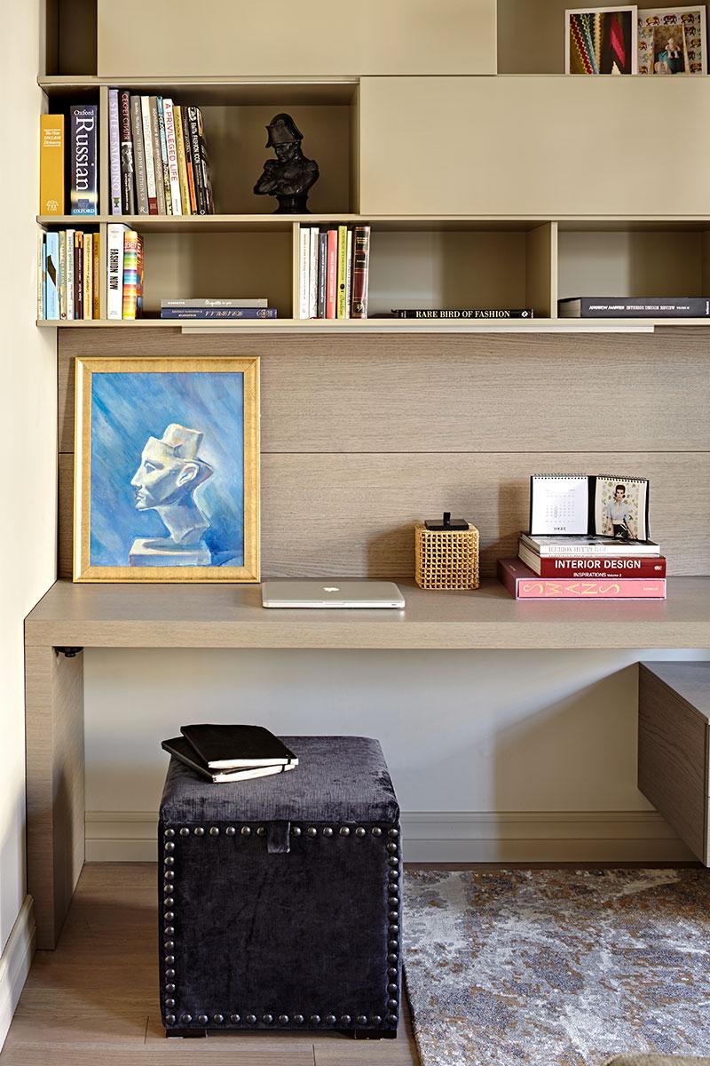 Фрагмент гостиной. Корпусная мебель, San Giacomo, ITG. Пуф сделан на заказ компанией Grand Amati. Картина с изображением бюста Нефертити — работа Натальи Зеленовой.