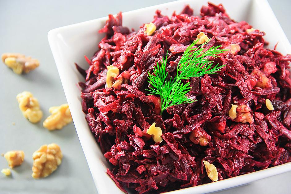 Свекольный салат с фейхоа и орехами