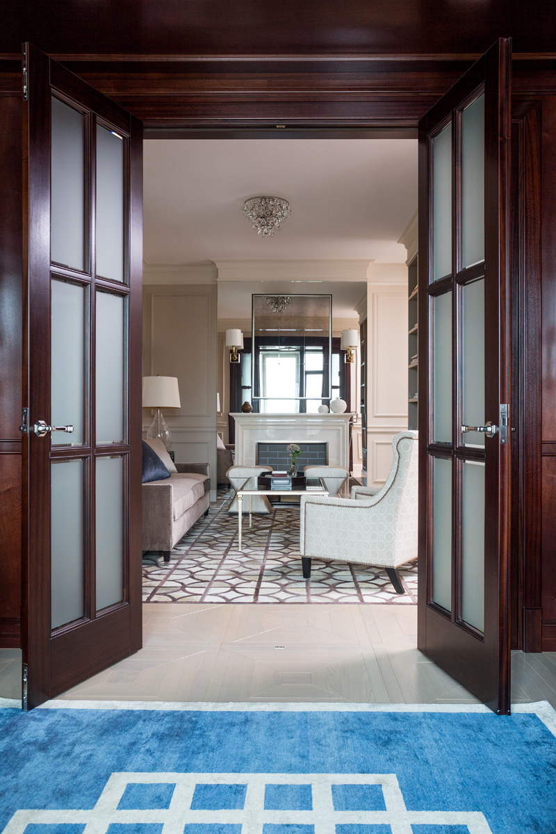 Вид в гостиную из кабинета. Кресло, Andrew Martin. Ковер, шелк, соткан на заказ по эскизам декоратора.