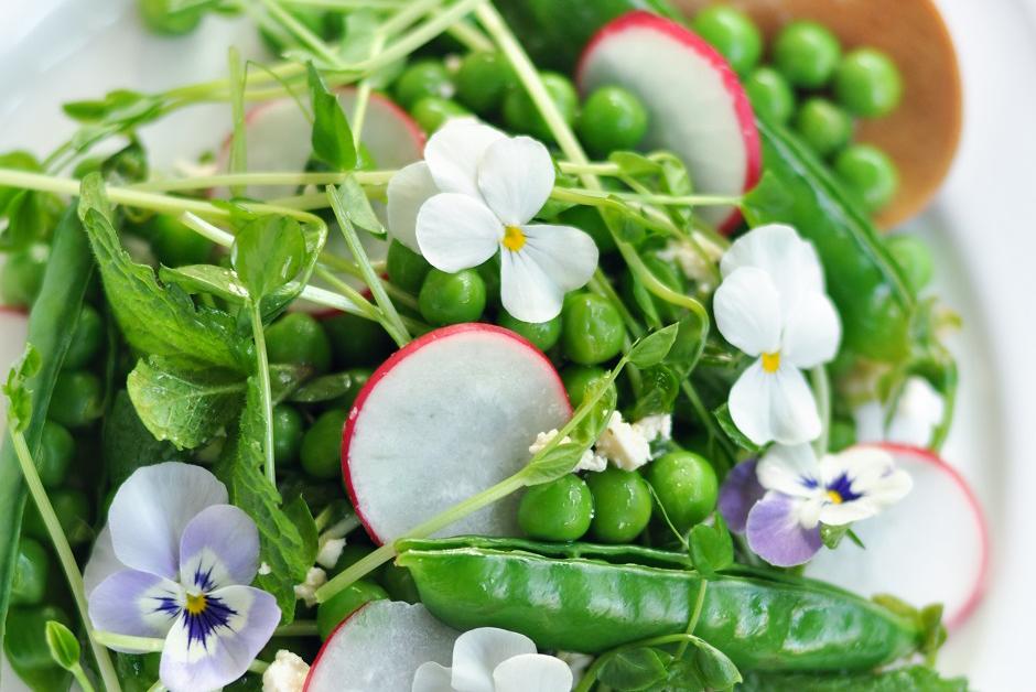 Салат из редиса и молодого зеленого горошка с мятой и фетой