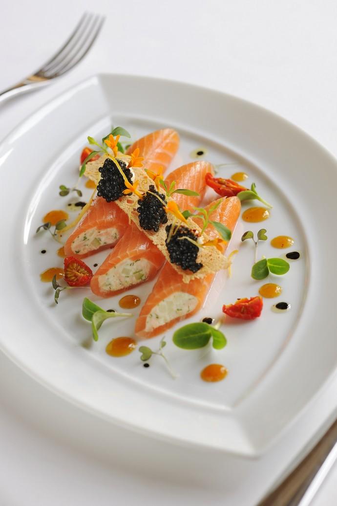 Конфи из лосося под черной икрой и ананасовым соусом