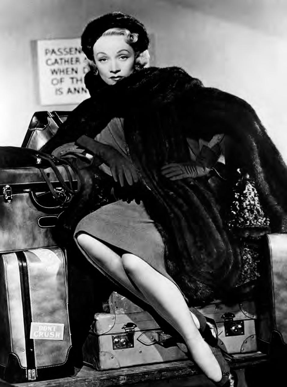 Актриса Марлен Дитрих в наряде Dior (кадр из фильма «Страх сцены»), 1950 год