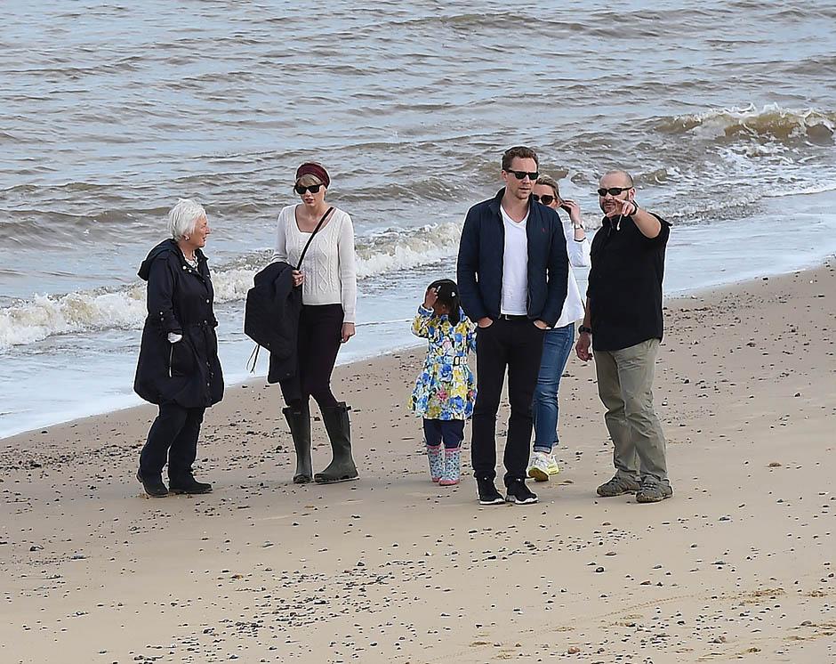 Тейлор Свифт и Том Хиддлстон с семьей в Саффолке