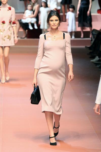Дочки-матери: Dolce & Gabbana представили семейную коллекцию на Неделе моды в Милане | галерея [2] фото [5]
