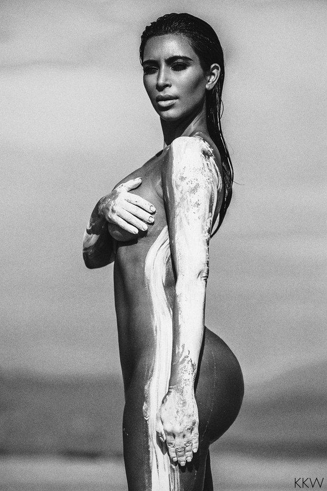 Беременная Ким Кардашьян поделилась снимками в стиле «ню»
