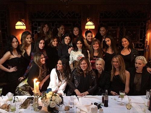 Ким Кардашьян с подругами и сестрами на ужине в Париже
