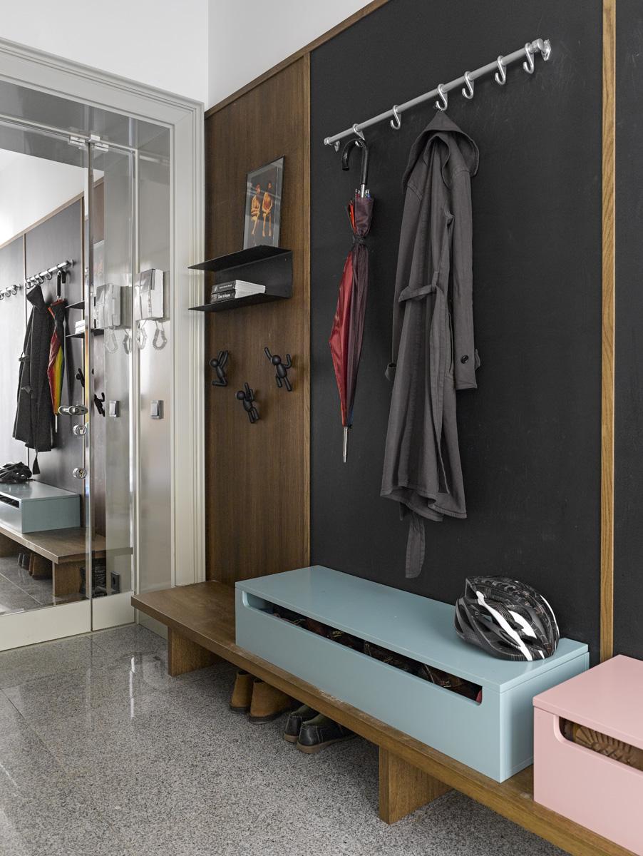 Прихожая. Мебель и входная дверь, облицованная зеркалом, сделаны на заказ. Металлическая штанга с крючками привезена из Милана.