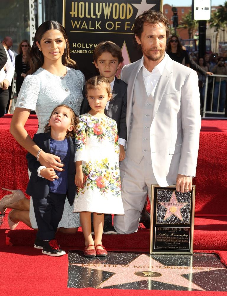 Камила Алвес и Мэттью МакКонахи с детьми