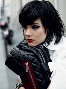 Рубашка из хлопка, шелковый галстук, все — Chanel; сумка Coco Cocoon, Chanel; серьги Profil de Camelia Haute Couture, белое золото, Chanel Joaillerie; браслет, жемчуг, стразы, Chanel