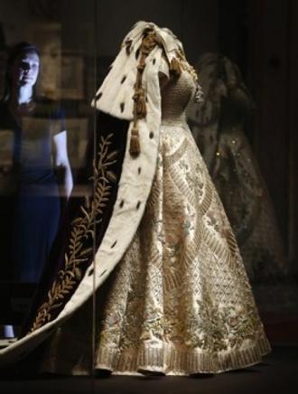 В Букингемском дворце открывается выставка нарядов с коронации Елизаветы II