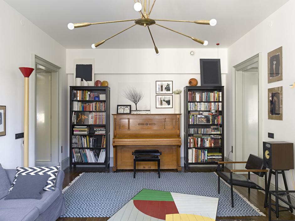 Гостиная. Стол, металлическая консоль и полки, дизайн Татьяны Бродач.