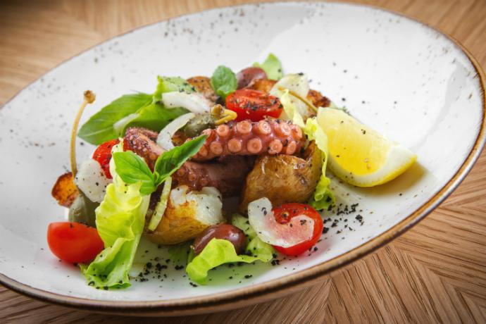 Теплый салат с осьминогом