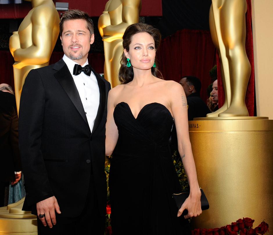 Анджелина Джоли и Брэд Питт на церемонии «Оскар» в 2009 году