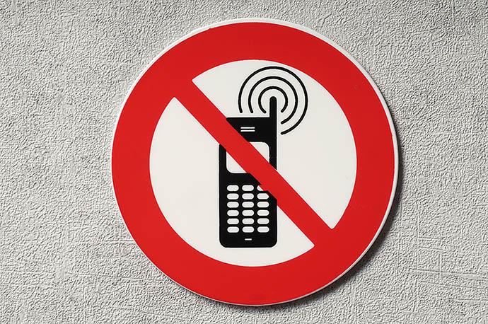 Выключите мобильный телефон
