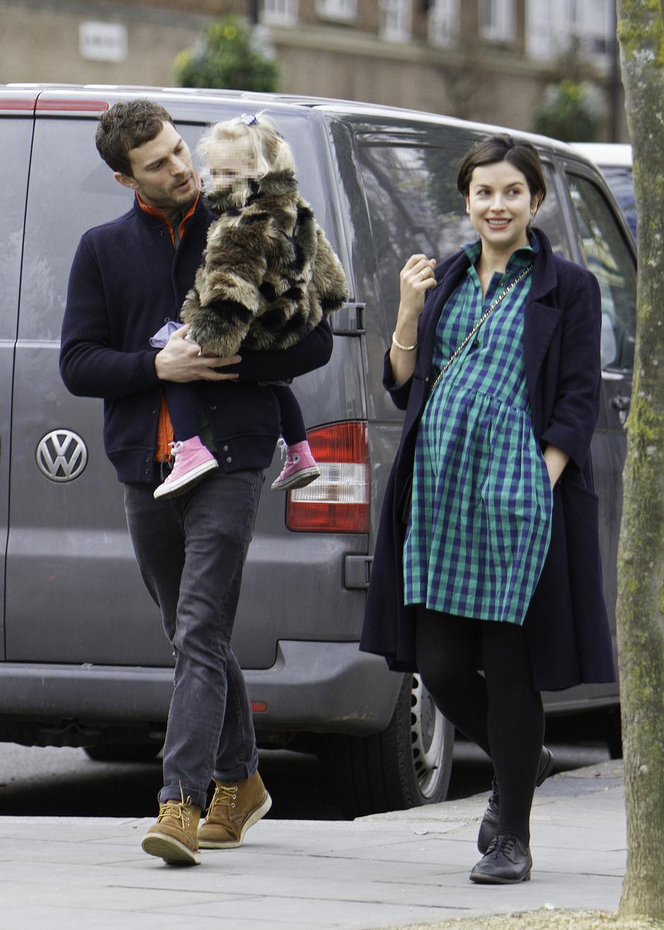 Джейми Дорнан и Амелия Уорнер с дочкой