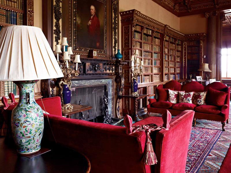 Библиотека. На стене — портрет Генри, первого графа Карнарвона. Во время Первой мировой войны, когда в замке размещался госпиталь, комната служила офицерской столовой.