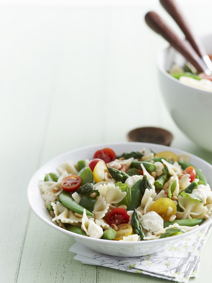 Весенний салат со спаржей и фарфалле
