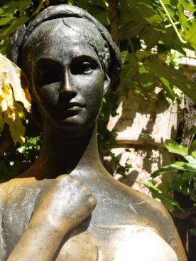 Единственная женщина в городе, которую можно официально потрогать за грудь