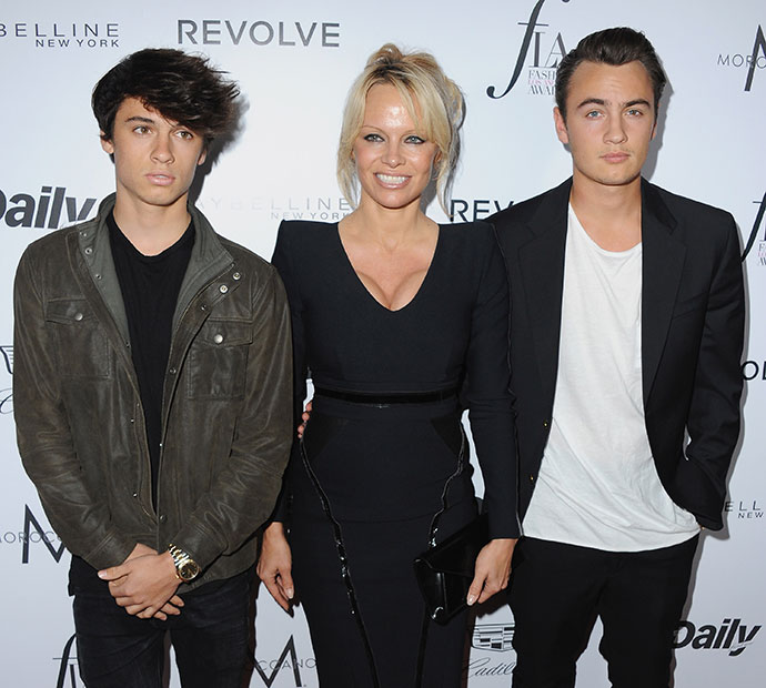 Памела Андерсон с сыновьями Диланом и Брэндоном