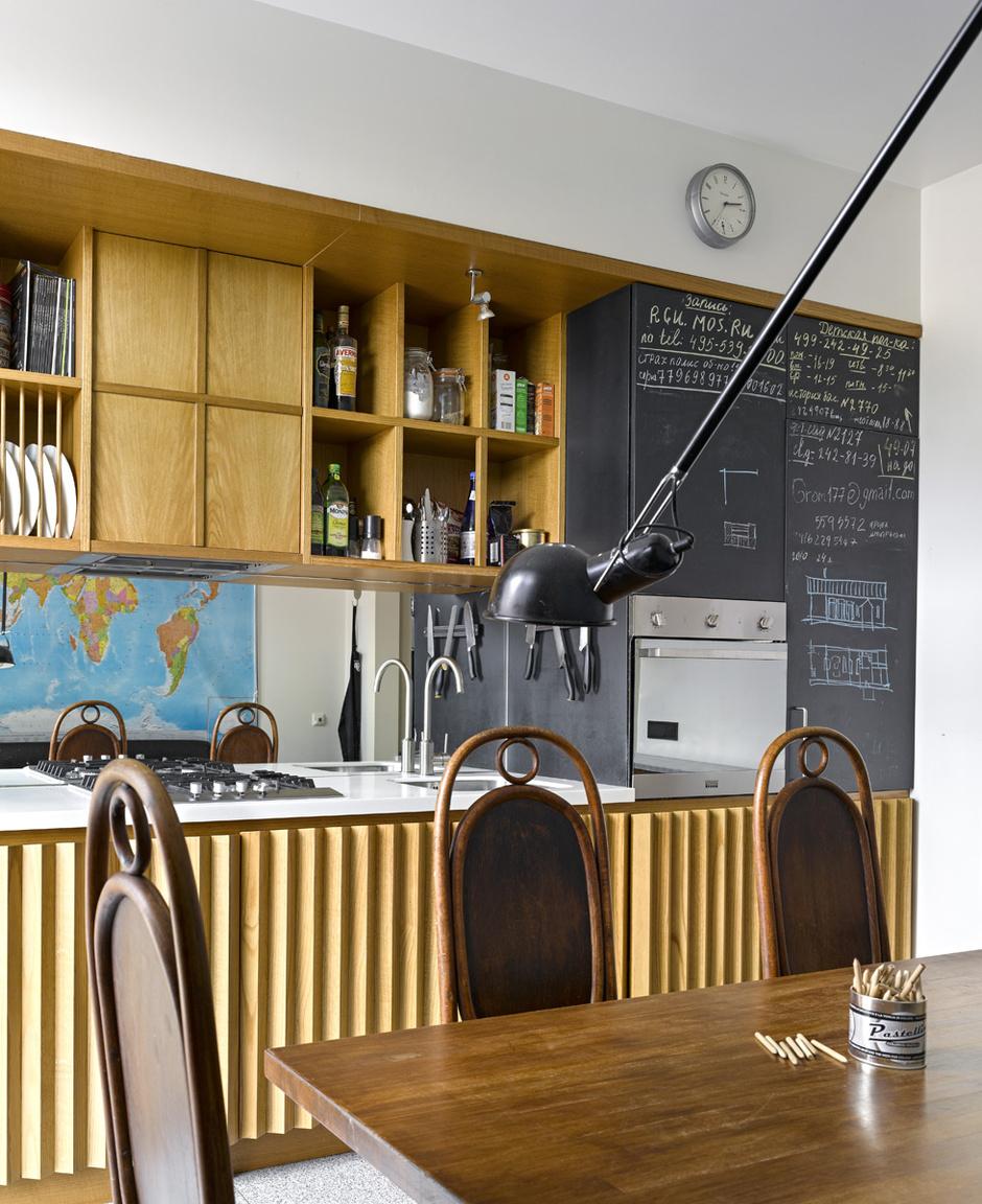 Кухня сделана по проекту Татьяны Бродач. Дверцы шкафов покрыты краской для школьных досок.