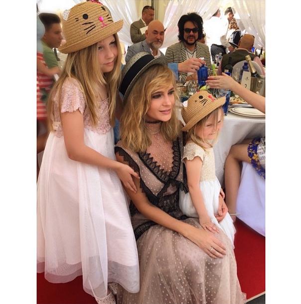Наталья Ионова-Чистякова с дочерьми Лидией и Верой