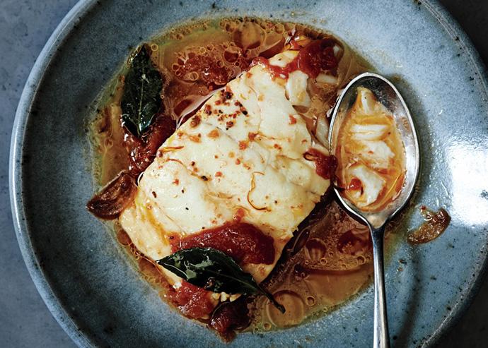 Отварная «ленивая» треска с помидорами и шафраном