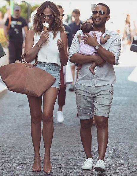 Фото дня: Крисси Тейген и Джон Ледженд на прогулке с дочкой