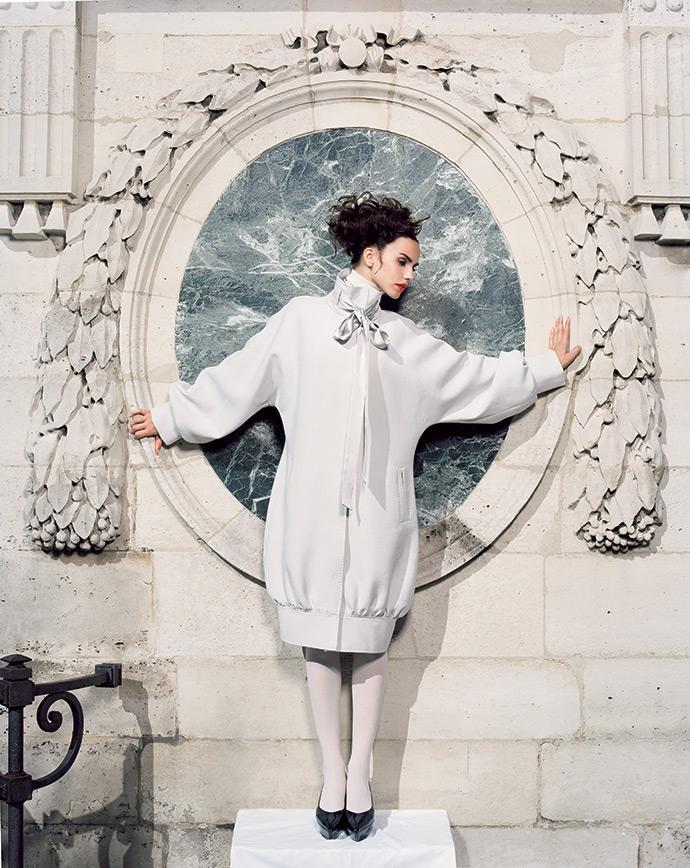 Пальто, Dolce & Gabbana; туфли, Jil Sander; колготки, Wolford