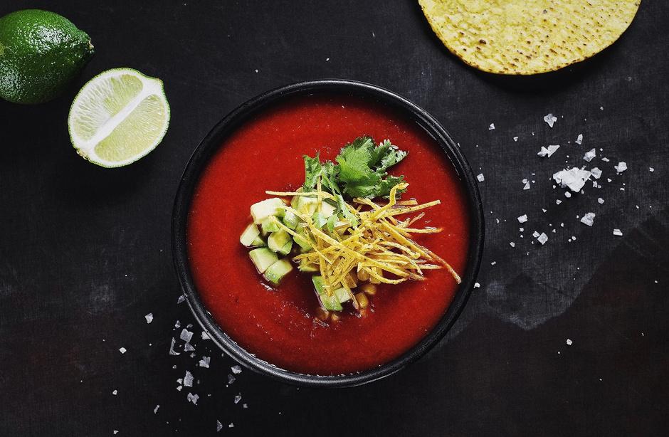 Холодный томатный суп с авокадо и кукурузной лепешкой