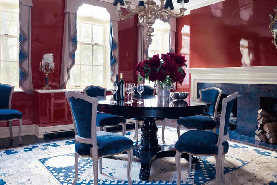 Стены столовой в этой нью-йоркской квартире покрыты блестящим красным лаком. Проект декоратора Селери Кембл.