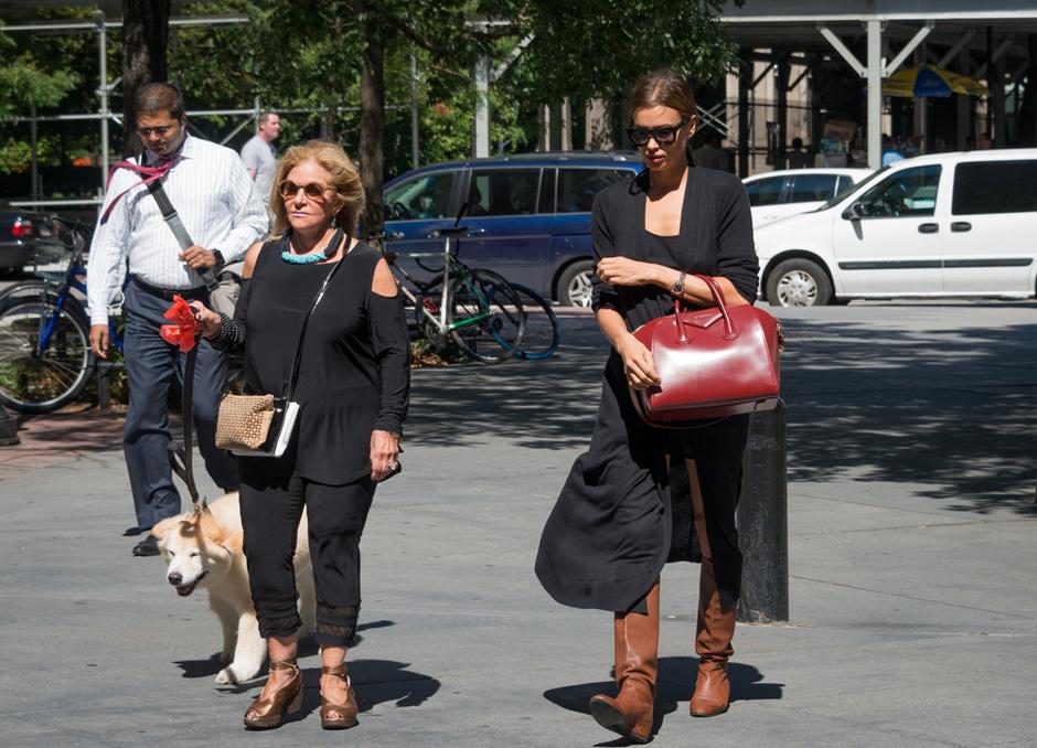 Ирина Шейк с мамой Брэдли Купера: фото 2015