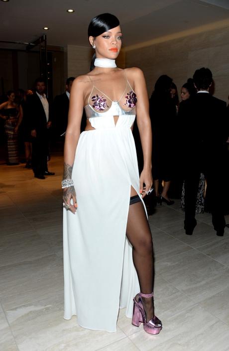 Рианна в откровенном платье