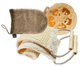 Сверху вниз: рукавичка из конопли, The Body Shop; губка из люффы и двухсторонняя лента из сезаля Bath & Beauty, «Для душа и души».
