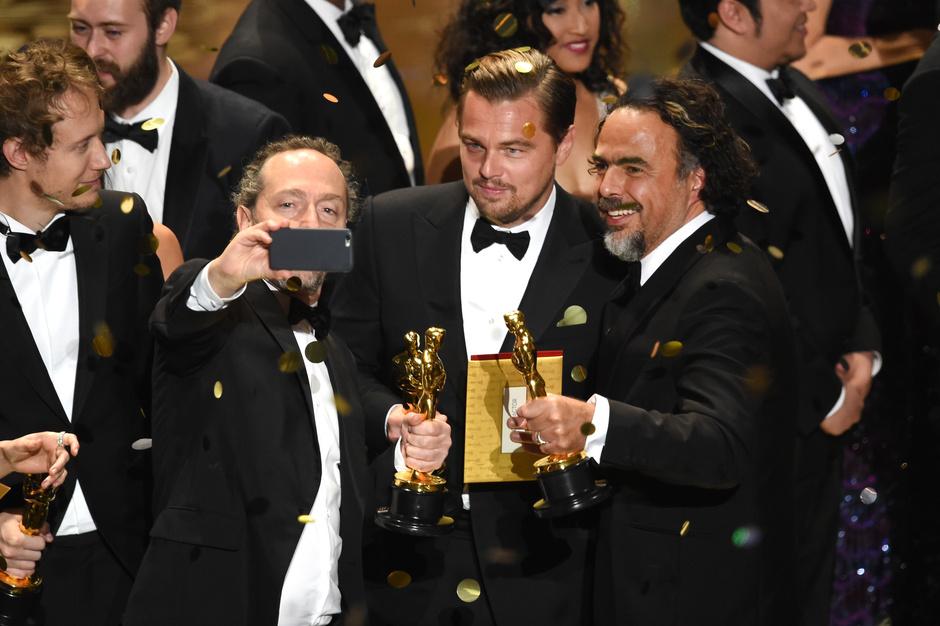 Фото дня: триумфальное селфи Ди Каприо с «Оскаром»